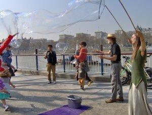 Buborékvarázs a Temze partján