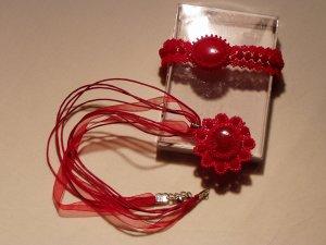 Piros csipkés ékszerek