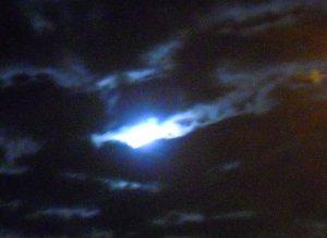 Leskelődik a Hold