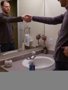 Kézfogás a fürdőszobában